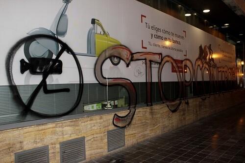 Una de las vallas con un grafitti. (Foto-Valencia Noticias)