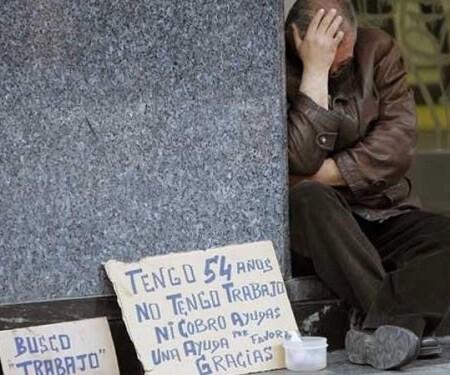 Una persona en situación crítica pide dinero en la calle.