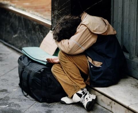 Una persona pobre pide dinero en la calle. (Foto-Agencias)