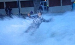 Vídeo periodista cubría en vivo una tormenta y se la llevó una ola