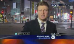Video periodista karateca golpea a un peatón en vivo
