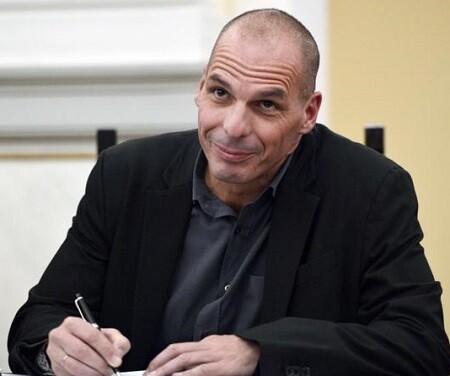 Yanis Varoufakis, el nuevo ministro de Finanzas griego se alegra de la decisión de la Troika. (Foto-AFP)
