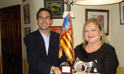 Carmen de Rosa recogiendo de las manos del presidente de la PLV Alex Esteve el Premi Senyera 2015