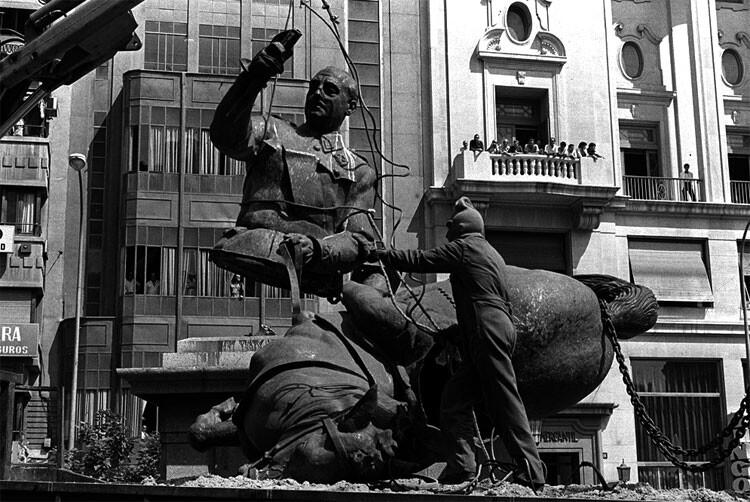 Retirada de la estatua de Franco de la plaza del Ayuntamiento de Valencia, una de las primeras medidas de eliminación de símbolos franquistas llevadas a término en Valencia.