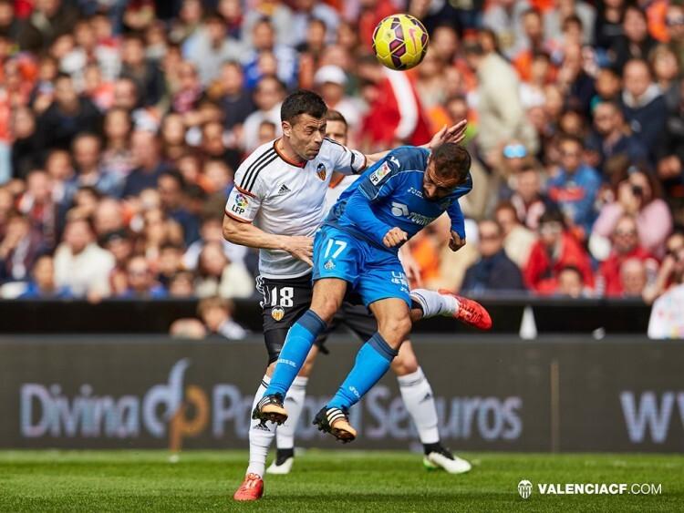 Javi Fuego fue un muro en la medular. Hasta que Parejo retrasó su posición, el medio valencianista no dejó pasar ni una de los azulones.