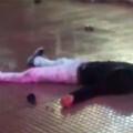 La víctima en el suelo, sin que nadie le socorriera.
