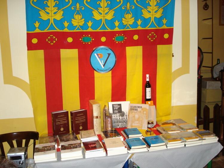 Libros, cd´s y productos valencianos que se sortearon al final entre todos los asistentes.