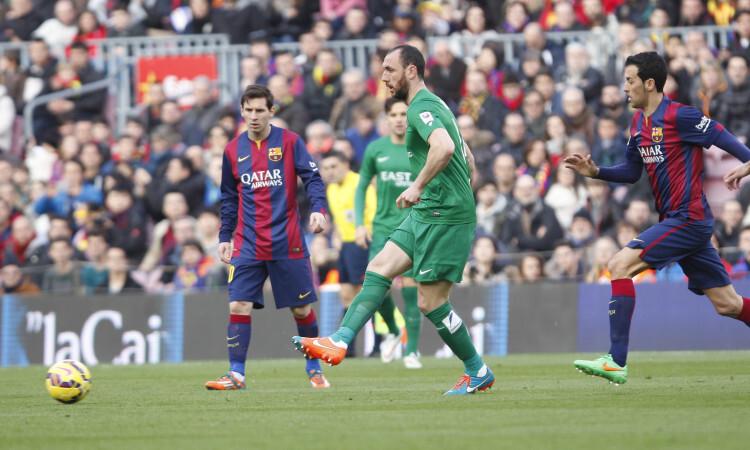 Ramis maneja entre Messi, el protagonista de la tarde, y el omnipresente Busquets. Foto: Jorge Ramírez