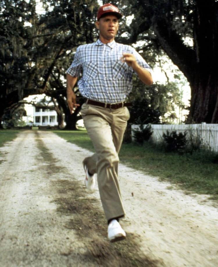 Tom Hanks en su papel de Forrest Gump, también corriendo en un fotograma de la película homónima.