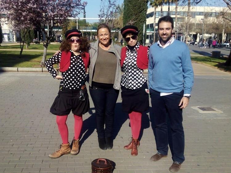 La concejala de Contaminación Acústica, Lourdes Bernal, con los responsables de la acción de street marketing en la UPV. Foto: José Sapena.