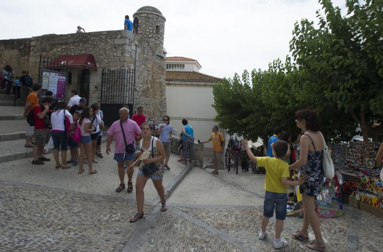 Turistas en la población de Peñíscola.