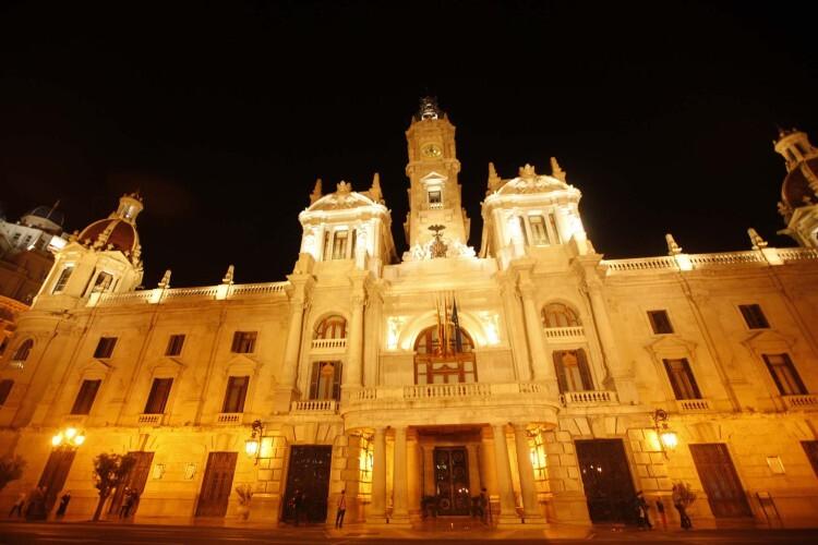 La fachada principal del Ayuntamiento de Valencia con su iluminación habitual.