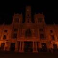 La fachada principal del Ayuntamiento de Valencia totalmente apagada.