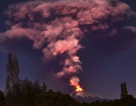 Ahora mismo el volcán muestra muy poca actividad y su río de lava se muestra detenido.