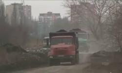 Camiones de la mina retiran escombros.