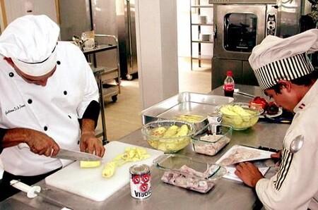 Cocineros en su lugar de trabajo.