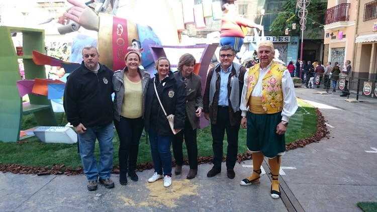 Cristóbal Grau, Lourdes Bernal y Ana Albert posan junto a la presidenta y falleros destacados de la Falla Plaça de la Mercé. Foto: José Cuñat