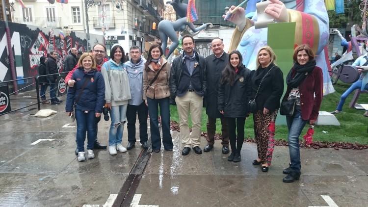 La comitiva socialista, encabezada por Calabuig, posan en si visita a la Falla Plaça de la Mercé. Foto: José Cuñat