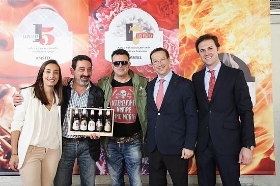 De izquierda a derecha, Clara Casanova, Alejandro Rodríguez, Pablo Mazo  y Manuel Román, de HEINEKEN España. En el centro, José Manuel Casany, del grupo de música Seguridad Social.