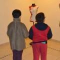 Dos niños contemplan el trabajo expositivo.