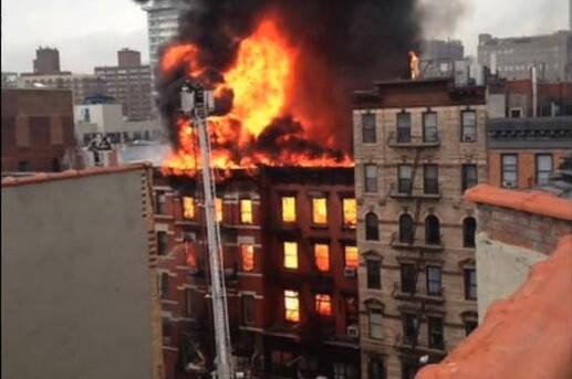 El edificio se incendió para luego derrumbarse completamente. (Foto-Agencias)