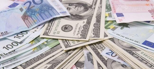 El euro sigue su caída frente al dólar.