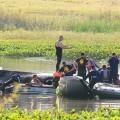 Equipos de rescate recuperaron los restos de los 10 ocupantes de un avión argentino que se estrelló sobre la Laguna del Sauce, cerca de Punta del Este, Uruguay. (Foto-AP)