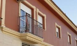 Fachada de la vivienda donde  la Guardia Civil encontró muerta a la pareja de 60 años.