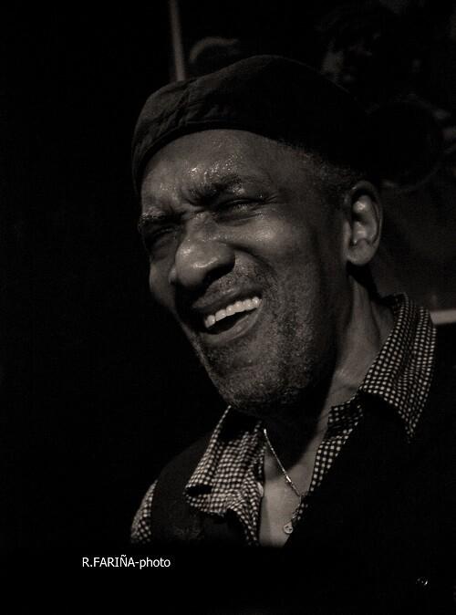 Foster en una vibrante actuación de jazz.