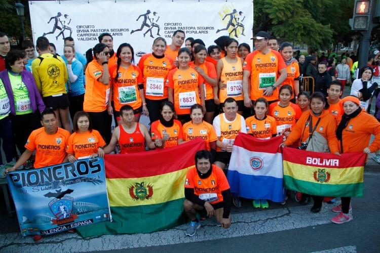 Algunos de los participantes en la Galápagos exhiben las banderas de sus respectivos países de origen.