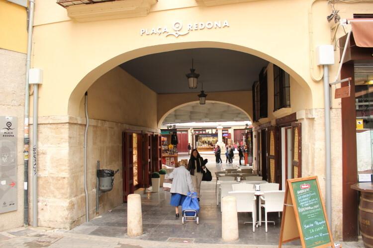 Entrada a la plaza Redonda por uno de sus pasajes. Foto: Javier Furió