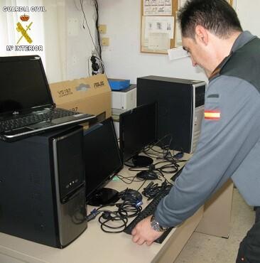 Imagen de archivo de la Guardia Civil decomisando material.