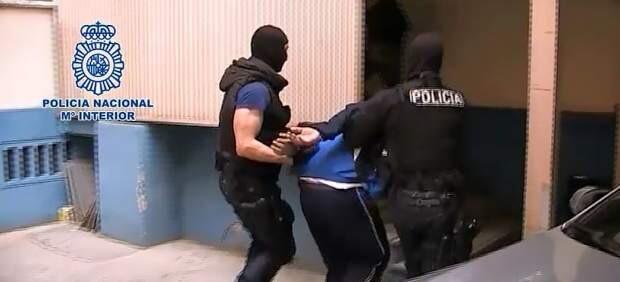 Imagen de la Polícia deteniendo al fugitivo en Alzira.