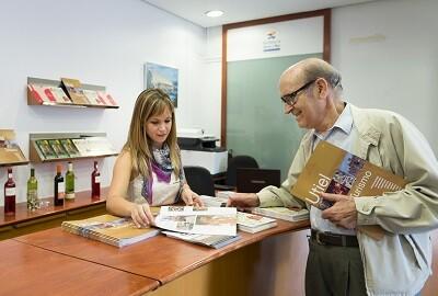 Imagen de promoción turística en una oficina. (Foto-Abulaila)