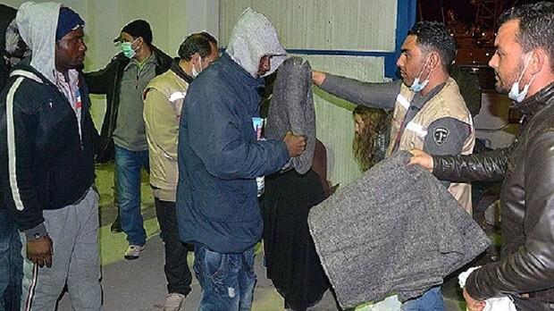 Inmigrantes irregulares rescatados en el mar reciben víveres en la ciudad tunecina de Zarzis (Foto-AFP)