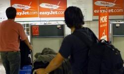 Jóvenes emigrantes en un aeropuerto español. (Foto-Agencias)