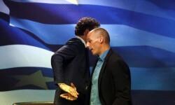 Jeroen Dijsselbloem, presidente del Eurogrupo se saluda con Yanis Varufakis, ministro de Finanzas griego en un duro encuentro económico.