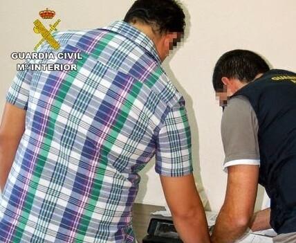 La Guardia Civil en una imagen de archivo requisando facturaciones irregulares.