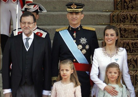 La familia real al completo junto al presidente Mariano Rajoy (izqda)