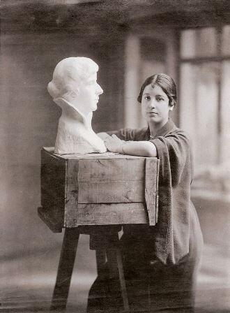 La hija de Sorolla posa junto a una de sus obras.
