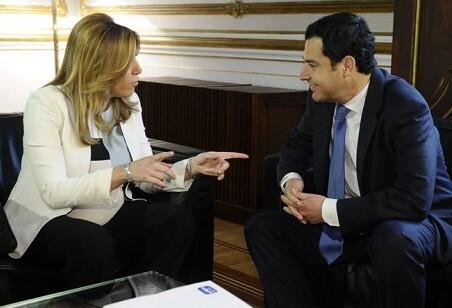 La presidenta en funciones de la Junta de Andalucía, Susana Díaz, recibe al líder del PP, Juanma Moreno.