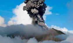 Las constantes erupciones del volcán Turrialba provocaron el cierre del aeropuerto y de las escuelas. (Foto-AFP)