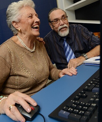 Las personas mayores ejercitan su capacidad lectora y escritora  a través de La Caixa.