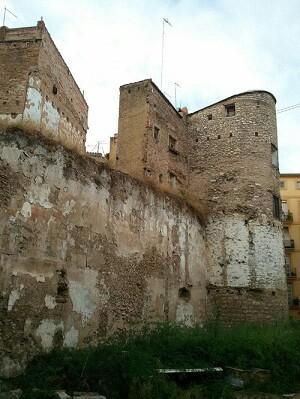Lienzo de muralla Árabe y Torre del Ángel (BIC) en la Plaza del Ángel del barrio del Carmen.