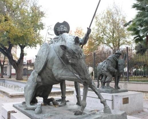 Localidad de Esquivias con unas esculturas que homenajean a Don Quijote y Sancho Panza.