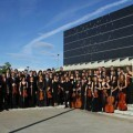 Miembros de la ORA junto al Auditorio de Huesca.