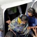 Momentos en que varios de los supervivivnetes son rescatados. (Foto-AFP)
