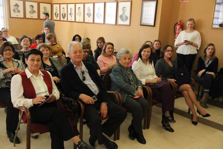 Homenaje a Mujeres extraordinarias: En primera fila, Milagro, Ferrer (1º izq) y Fina Cardo (3º izq), hija de María Moros, junto a la alcaldesa