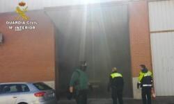 Nave industrial incendiada con una plantación de marihuana en su interior. (Foto-Guardia Civil)