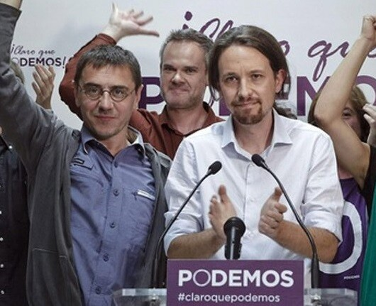 Pablo Iglesias, líder de Podemos acompañado por sus compañeros de formación.